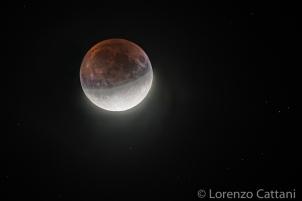 ore 23:32, copertura lunare circa 65%; 400 mm (640 mm eq.); f5,6; ISO 100; doppia esposizione: 4 sec per la parte in ombra; 1/100 sec per la parte in luce