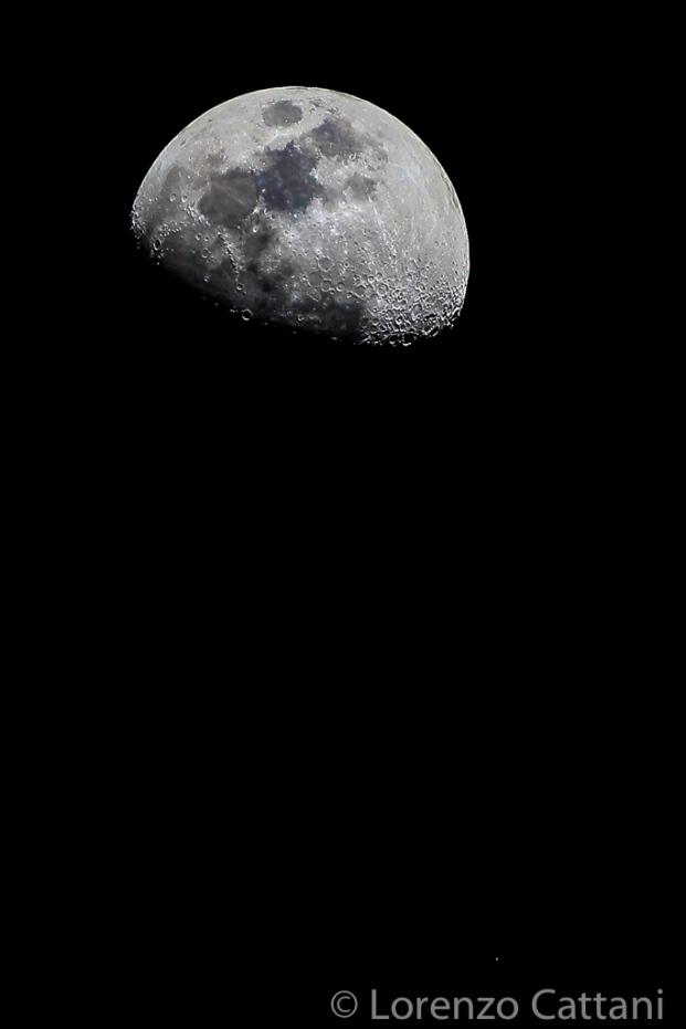 Luna gibbosa crescente al 70% (il puntino in basso a destra è Regolo, una stella della costellazione del Leone) - 1/350 sec, f/4, iso 400, 280 mm, mano libera