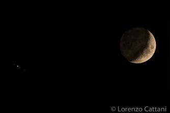 3/10/2019 - Congiunzione Luna e Giove. Sono visibili i 4 satelliti medicei di Giove (Io, Europa, Ganimede e Callisto) e la luce cinerea della Luna.