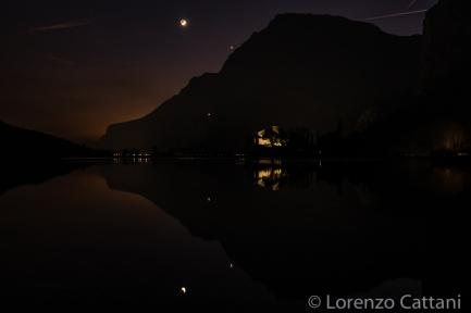 Nel cielo sopra al Castello di Toblino è visibile una sottile falce di luna in congiunzione con Venere
