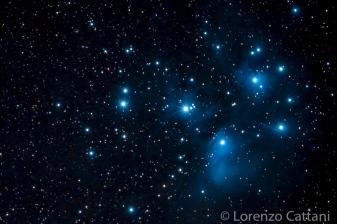 Le Pleiadi (conosciute anche come le Sette sorelle o con la sigla M45 del catalogo di Charles Messier) sono un ammasso aperto visibile nella costellazione del Toro. Questo ammasso, piuttosto vicino (440 anni luce), conta diverse stelle visibili ad occhio nudo; da un luogo più buio se ne possono contare già dodici. Tutte le sue componenti sono circondate da leggere nebulose a riflessione. Le stelle visibili tra le Pleiadi sono molto più calde del normale e ciò si riflette nel loro colore: sono delle giganti blu o bianche. Nella mitologia greca, le Sette Sorelle erano ninfe delle montagne, chiamate Asterope, Merope (o Dryope o Aero), Elettra, Maia, Taigete, Celaeno e Alcyone. Questi nomi sono oggi assegnati a singole stelle dell'ammasso. In Giappone le Pleiadi sono conosciute come Subaru.