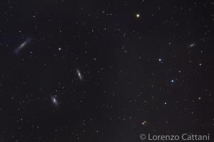 Il Tripletto del Leone è un piccolo gruppo di galassie che dista circa 35 milioni di anni luce dalla Terra nella costellazione del Leone. E' formato dalle galassie a spirale M66, M65 e NGC 3628. Dati di scatto: 80 scatti a 400mm; f7,1; 15 sec; iso 12800; corpo Canon EOS RF; obiettivo Canon 100-400 IS II USM; astroinseguitore Minitrack LX2.