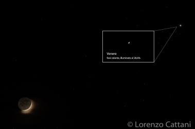 Congiunzione Luna e Venere del 26/4/2020 alle ore 22:32 circa. La Luna è in fase crescente, illuminata al 12,5%; Venere è in fase calante, illuminato al 28,6%. Dall'ingrandimento si nota come anche Venere, osservato dalla Terra, abbia delle fasi, in quanto la sua orbita è più interna della nostra (lo stesso vale per Mercurio). Dati di scatto: 3 esposizioni con astroinseguitore Minitrack LX2: - 1 per la Luna a 560mm; f8; 1/20 sec; iso 100; - 1 per la luce cinerea della Luna e Venere a 560mm; f8; 3,2 sec; iso 800; - 1 per la fase di Venere a 560mm; f8; 1/100 sec; iso 100; corpo Canon EOS RP; obiettivo Canon 100-400 IS II USM; moltiplicatore 1,4x.