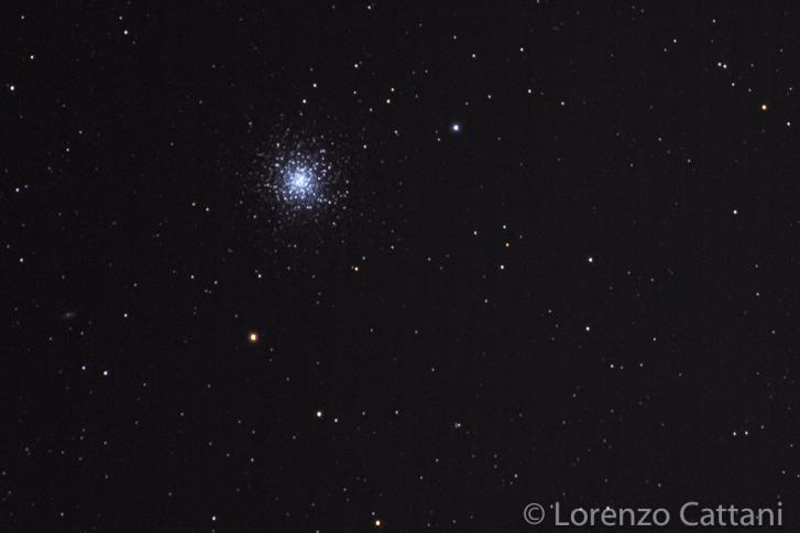 L'Ammasso globulare di Ercole (M13) è visibile nell'omonima costellazione di Ercole. Si tratta dell'ammasso globulare più luminoso dell'emisfero boreale e contiene diverse centinaia di migliaia di stelle. Attorno al suo nucleo, le stelle sono circa 500 volte più concentrate che nei dintorni del sistema solare. L'età di M13 è stata stimata tra i 12 e i 14 miliardi di anni e la sua distanza dalla Terra è di 23.157 anni luce. Apparendo così luminoso ad una così grande distanza, la sua luminosità reale è elevatissima, oltre 300.000 volte quella del Sole. Dati di scatto: 49 scatti a 560mm (moltiplicatore 1,4x); f8; 8 sec; iso 16000; corpo Canon EOS RP; obiettivo Canon 100-400 IS II USM; astroinseguitore Minitrack LX2 con molla su posizione R.