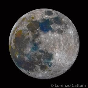 La Luna ha dei colori: la sua superficie selenica è composta da rocce simili a quelle terrestri e ci sono zone in cui la composizione chimica può cambiare, a seconda del tipo di minerali prevalenti. Ogni minerale ha una colorazione tipica; se varia l'abbondanza di un certo minerale, allora può cambiare, in modo leggero, il colore. Le differenze cromatiche sono molto tenui e visibili solo attraverso un'opportuna tecnica fotografica, la cosiddetta Mineral Moon. Dati di scatto: 70 scatti a 560mm; f11; 1/500 sec; iso 100; corpo Canon EOS RP; obiettivo Canon 100-400 IS II USM; moltiplicatore 1,4x; astroinseguitore Minitrack LX2.