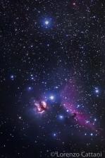 La Nebulosa Fiamma (NGC 2024) è una nebulosa diffusa molto vicina alla brillantissima stella Alnitak, la stella più a est della Cintura di Orione. La Nebulosa Testa di Cavallo (B33) è invece una nebulosa oscura che si trova appena sotto Alnitak. Entrambe fanno parte del grande complesso nebuloso molecolare di Orione. Dati di scatto: 74 scatti a 400mm; f5,6; 10 sec; iso 16000; corpo Canon EOS RP; obiettivo Canon 100-400 IS II USM; astroinseguitore Minitrack LX2.