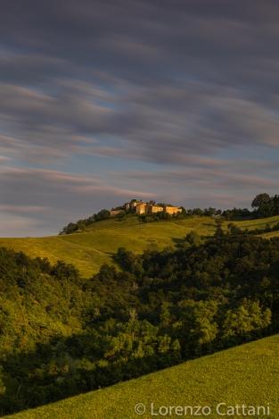 Edificata sul monte Bastia dai Pallavicino quale avamposto difensivo del castello di Monte Palero, la casaforte fu acquistata nel XVII secolo dai Boriani, di origine piacentina; sviluppata su tre livelli, la grande e articolata struttura in pietra, posta ai margini del parco naturale regionale dei Boschi di Carrega, è affiancata dal 1802 dalla cappella neoclassica dedicata all'Immacolata, voluta dai nuovi proprietari Boschi.