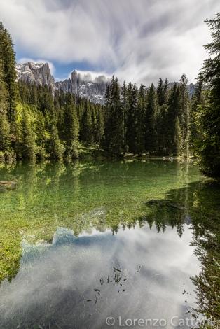 Il Lago di Mezzo è un lago effimero, ovvero temporaneo, e si forma soltanto in occasione dello scioglimento delle nevi o da forti piogge nel periodo da metà maggio a fine luglio. Si trova in una piccola radura erbosa situata a poco più di un km di strada dal più famoso Lago di Carezza e l'acqua raggiunge al massimo i due metri e mezzo di profondità.