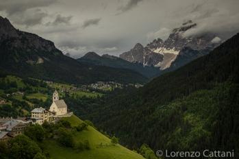 Il piccolo e caratteristico villaggio di Colle Santa Lucia (Col in Ladino) è situato a 1453 m sul livello del mare nel cuore delle Dolomiti tra i maestosi massicci della Marmolada del monte Civetta e del monte Pelmo in posizione soleggiata e panoramica.