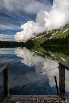 """è un lago alpino situato nella val di Tovel, sul territorio del comune di Ville d'Anaunia in Val di Non (Provincia di Trento), a un'altitudine di 1178 m s.l.m. e all'interno del Parco Naturale Adamello-Brenta. La valle si insinua dall'abitato di Tuenno per 17 km tra il Monte Peller a ovest e il massiccio della Campa a est, fino all'imponente circo roccioso delle Dolomiti di Brenta che circoscrive l'alta valle, dove è situato il lago. È stato anche chiamato """"lago rosso"""" per il fenomeno dell'arrossamento delle sue acque, che avveniva fino al 1964 per azione di un'alga (Tovellia sanguinea). I recenti studi hanno stabilito che la sparizione del fenomeno dell'arrossamento sia dovuta alla mancanza del carico organico (azoto e fosforo) proveniente dalle modalità di monticazione (transumanza) delle mandrie di bovini che pascolavano nei pressi del lago. Queste sostanze, confluendo nel lago, contribuivano in maniera determinante alla fioritura della Tovellia sanguinea. Dagli anni sessanta il cambiamento della gestione degli animali in malga e la quasi totale scomparsa delle greggi che soggiornavano nei pascoli alti, spiegano la diminuzione dell'apporto di questo carico organico e quindi la cessazione del fenomeno di fioritura dell'alga."""