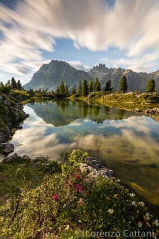 sullo sfondo il Lagazuoi (2.835 m) si specchia nel lago.
