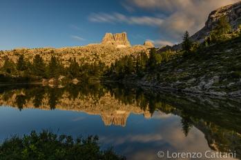 sullo sfondo l'Averau (2648 m) si specchia nel lago.