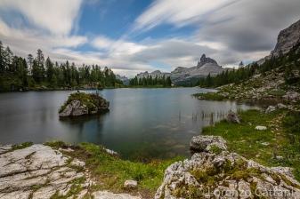 Lago Federa (2038 m) ed il Becco di Mezzodì (2603 m) sullo sfondo. Il lago si estende di fronte alla maestosa parete est della Croda da Lago; nonostante sia privo di immissari ed emissari, il suo livello rimane pressoché costante durante tutto l'anno grazie a sorgenti sotterranee che ne alimentano le acque.