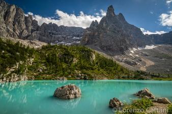 Il lago di Sorapis (1923 m) è situato nel Gruppo del Sorapis, appartenente alle Dolomiti Venete, vicino a Cortina d'Ampezzo. La montagna sullo sfondo è il Dito di Dio (2603 m).