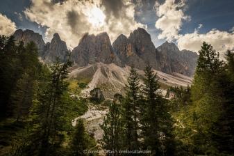 """Il Gruppo delle Odle (Geislergruppe o Geislerspitzen in tedesco) è una catena montuosa delle Dolomiti che assieme al gruppo del Puez costituisce la maggior parte del territorio del parco naturale Puez-Odle, contornato dalla val Badia, val Gardena e val di Funes, in Alto Adige. Le Odle si compongono principalmente di due catene, le Odle di Eores e le Odle di Funes. Le cime più alte della catena sono il Sass Rigais e la Furchetta, entrambe a 3.025 metri. Alla base delle Odle di Funes, si può percorrere il cosiddetto """"sentiero delle Odle"""" (in tedesco Adolf Munkel-Weg), che passa alla base settentrionale del gruppo."""
