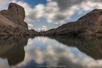 Il lago d'Antermoia (2.496 m) è un lago d'origine glaciale nel massiccio del Catinaccio. Durante l'epoca delle glaciazioni il vallone d'Antermoia, al tempo in via di formazione, era modellato da un ghiacciaio, la cui lingua terminava in prossimità del lago. Il bacino è quindi di origine glaciale; a differenza molti laghi di siffatta origine che si prosciugano durante la stagione estiva, questo aggiunge alla più consistente alimentazione data dal disgelo le piccole sorgenti del Ruf de Antermoia, che scorre fino al lago in gran parte sottoterra e ne esce come emissario per andare a unirsi al Ruf de Udai.